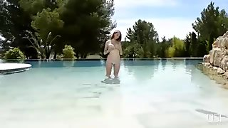 Lucie Wilde aka Busty Buffy scopa figa in piscina