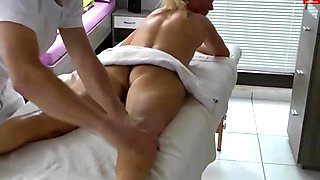 A massage turns into hardcore sex for this hot cougar