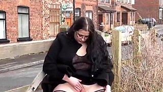 Дебели бр брюнетка уличница emma показва своите гигантски цици