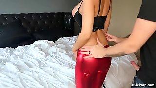 Hottie shakes her round butt
