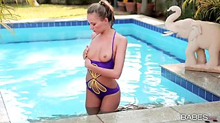 Breathtaking young l rubs her juicy jelly roll by the pool
