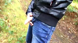 walking and taking a piss at the same time - it makes me horny